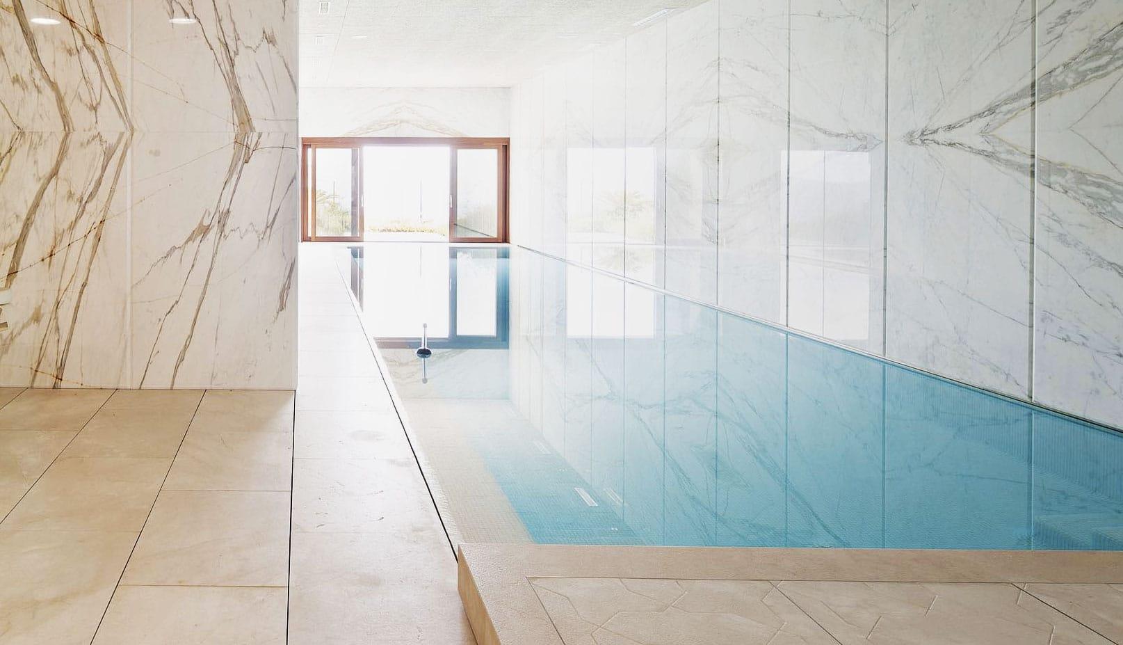piscina-interio-marmol-calacatta